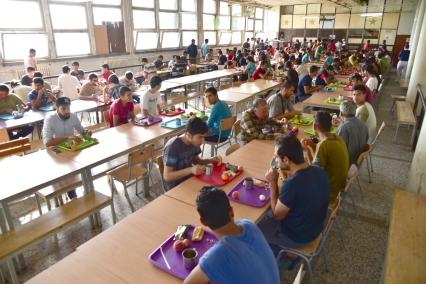 Flüchtlinge in Obrenovac beim Frühstück